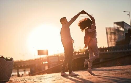 Par danser i solen - er det kærlighed og behov?