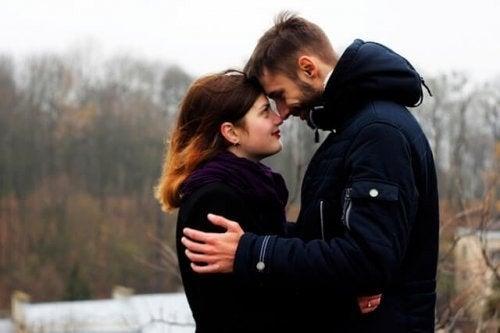 Kærestepar kigger forelsket på hinanden