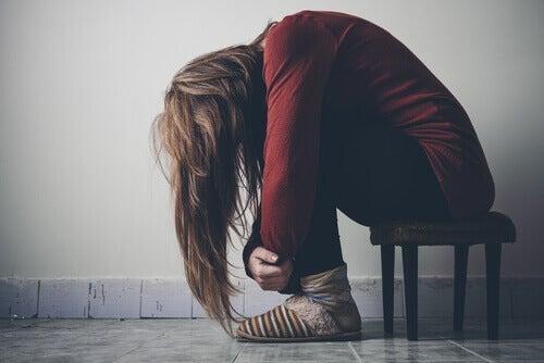 kvinde virker depressiv