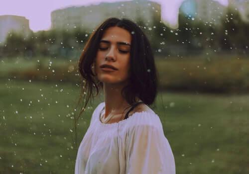Kvinde udenfor oplever ud af kroppen oplevelser