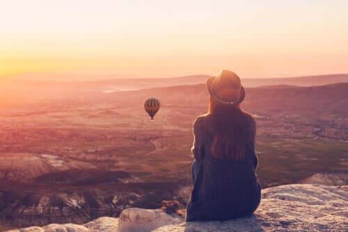 Kvinde ser på luftballon og nyder fravær af problemer