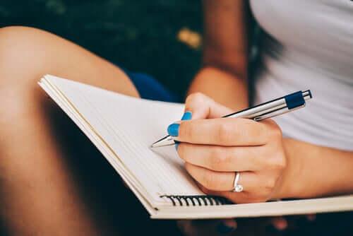 """Kvinde skriver i dagbog: """"Kære mig..."""""""