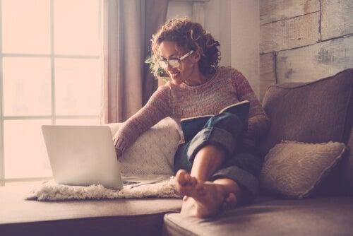Kvinde i sofa smiler over myter om enlige