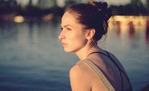 Kvinde kigger ud over vandet