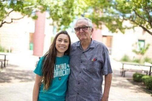 Ældre mand med ung pige foran universitet