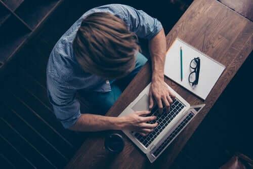 mand, der arbejder på computer