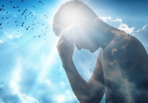 En mands silhuet foran himmel symboliserer et psykologisk perspektiv på visdom