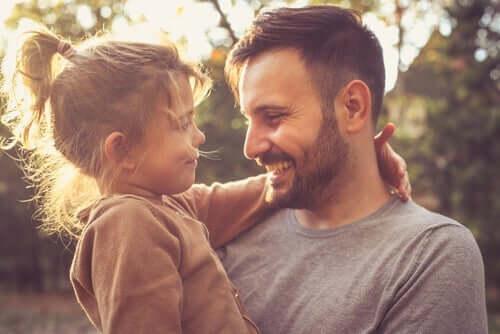Far og datter smiler og illustrerer vigtigheden af at lære børn om taknemmelighed