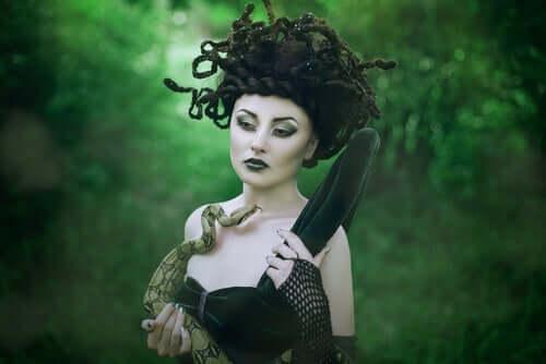 Kvinde med slange i skov illustrerer Medusa