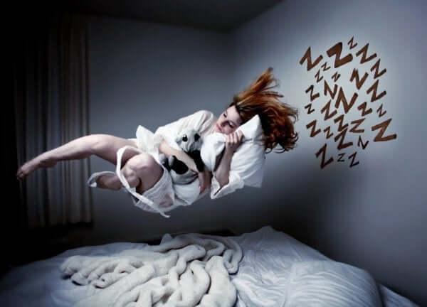 Kvinde svæver over seng