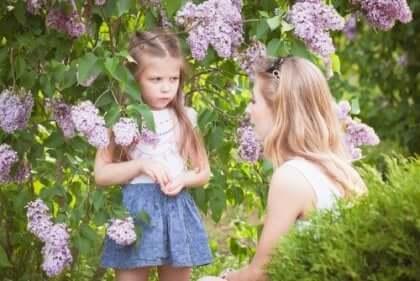 mor med sin datter udenfor