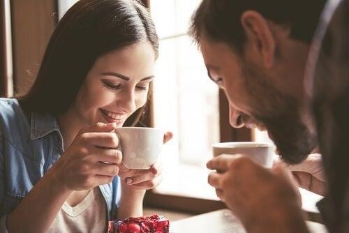 Et par drikker en kop kaffe sammen