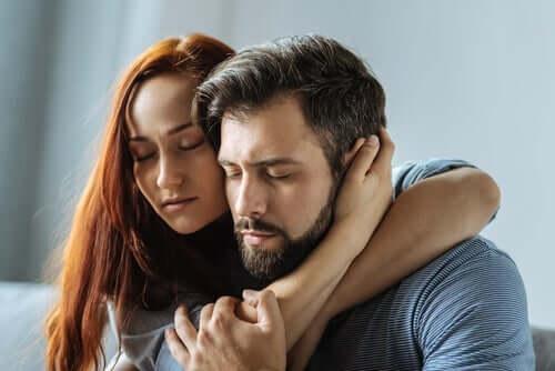 """Par krammer i stilhed og symboliserer """"Sig ikke de ord"""""""