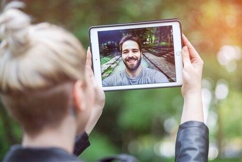 Par i langdistanceforhold laver videocall
