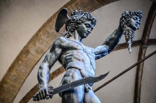 Statue, der viser myten om Medusa og Perseus
