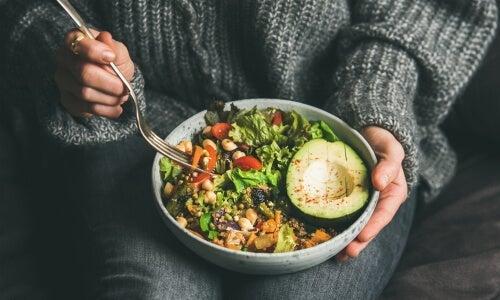 skål med blandet salat