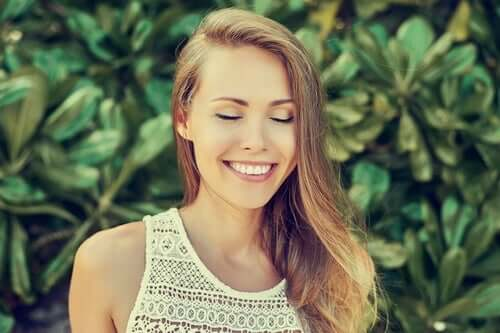 Smilende kvinde nyder et roligt sind