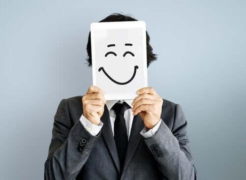 Mand med smiley foran ansigt har fundet opskriften på lykke