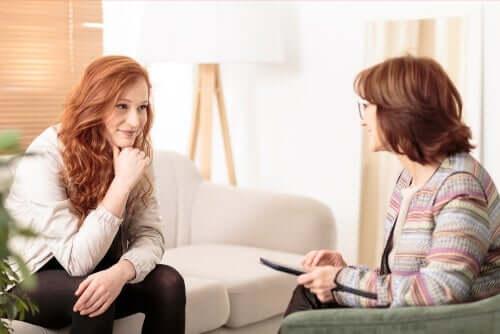 Terapeut anvender kognitiv adfærdsterapi på kvinde med tokofobi