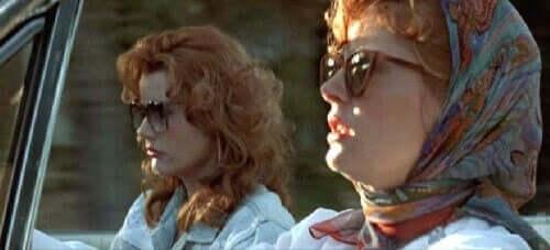 Thelma og Louise kører i bil
