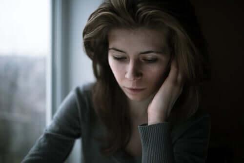Kvinde ser trist nedad