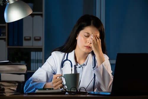 Træt kvindelig læge foran computer