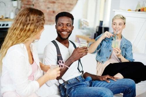 Venner drikker drinks og smiler