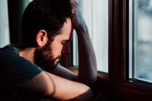 Trist mand ved et vindue