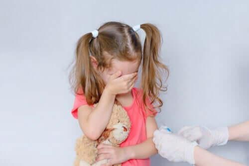 Pige med trypanofobi tør ikke kigge på sprøjte
