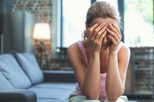 kvinde skjuler sit ansigt