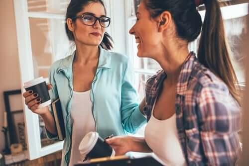 To veninder drikker kaffe sammen og taler om myter om enlige