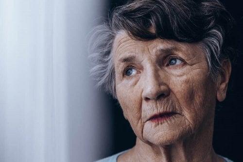 ældre kvinde, der kigger op