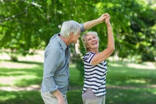 Der er mange fordele ved fysisk aktivitet for ældre, som det her ses hos dansende par