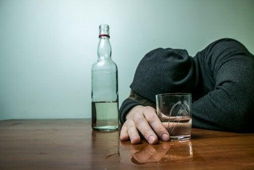 Mand med en flaske alkohol