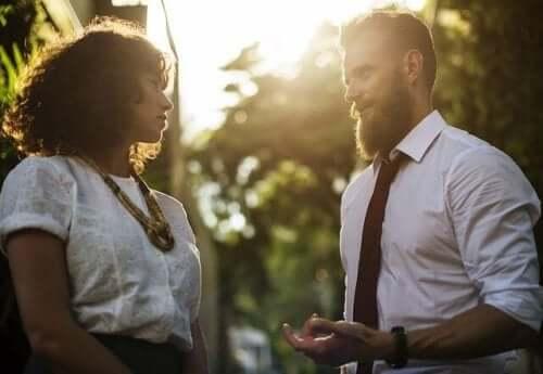 mand og kvinde i samtale
