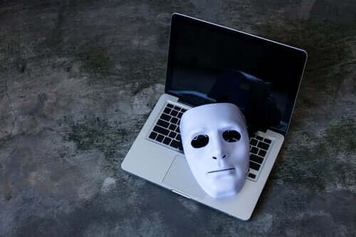 bærbar med hvid maske