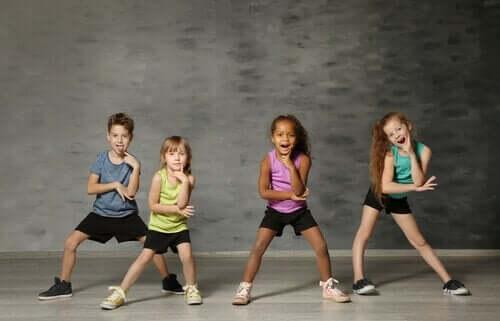 Dansende børn laver øvelser med kunstterapi for børn