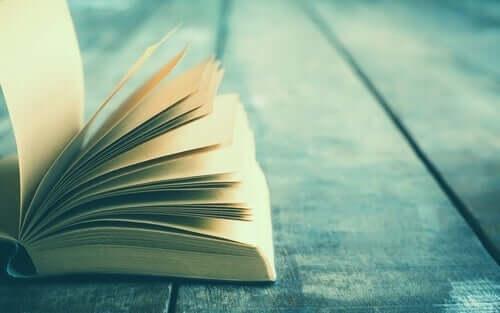 bog på trægulv
