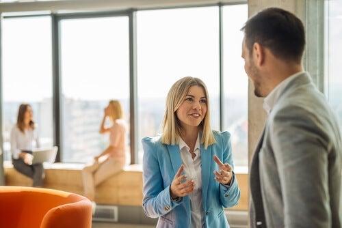 kvinde taler med en mand