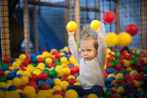 Et barn på 2 år kan begynde at håndtere bolde