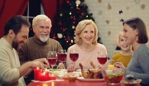 Familie spiser sammen
