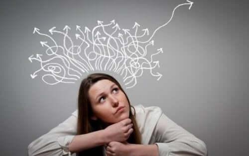 Pige med pile, der peger i forskellige retninger over sit hoved