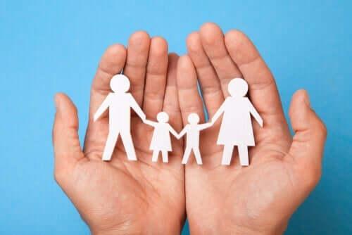 Systemterapi er baseret på menneskers forskellige relationer, som illustreres af papirfigurer