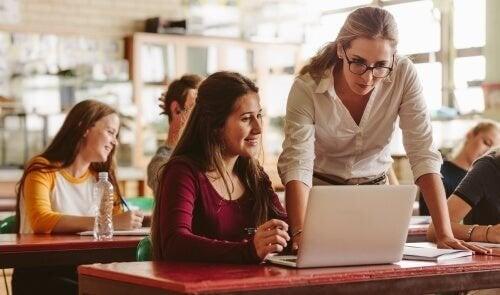 En lærer hjælper sin elev med noget på computeren