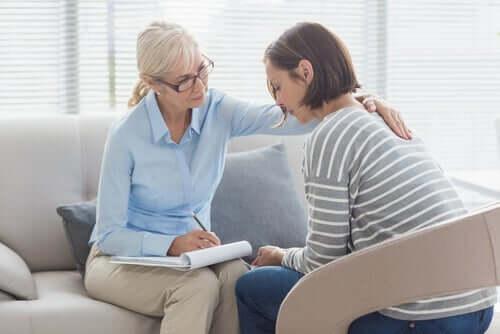 kvinde i samtale med psykolog