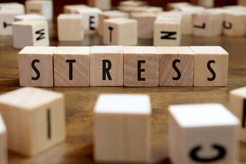 Træklodser med bogstaver danner ordet stress