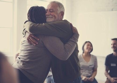 Personer krammer hinanden