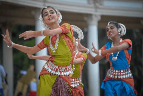 En gruppe kvinder danser