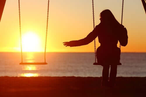 kvinde alene på gyngestativ