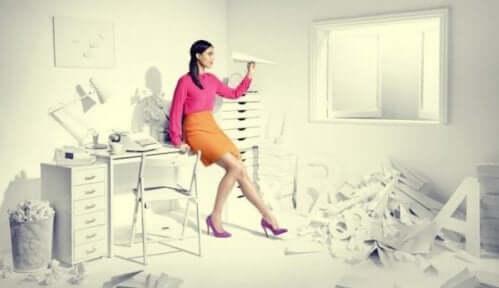 kvinde, der kaster en papirsflyver